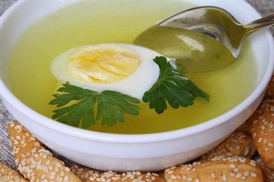 Прозрачный бульон с яйцом