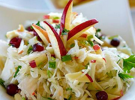 Салат из яблок, капусты и лука