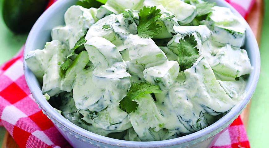 Салат из огурца свежего и салата зелёного